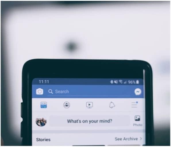 De Facebook-app staat open op een iPhone.
